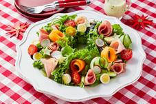 生ハムとたっぷり野菜のリースサラダ